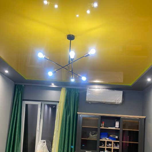 Реализация на опънат таван - платно в жълт цвят