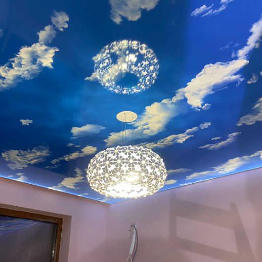Опънат таван реализиран в град Бургас с ефект на облаци и синьо небе
